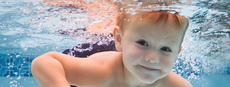 Benefícios da natação para bebês e crianças.